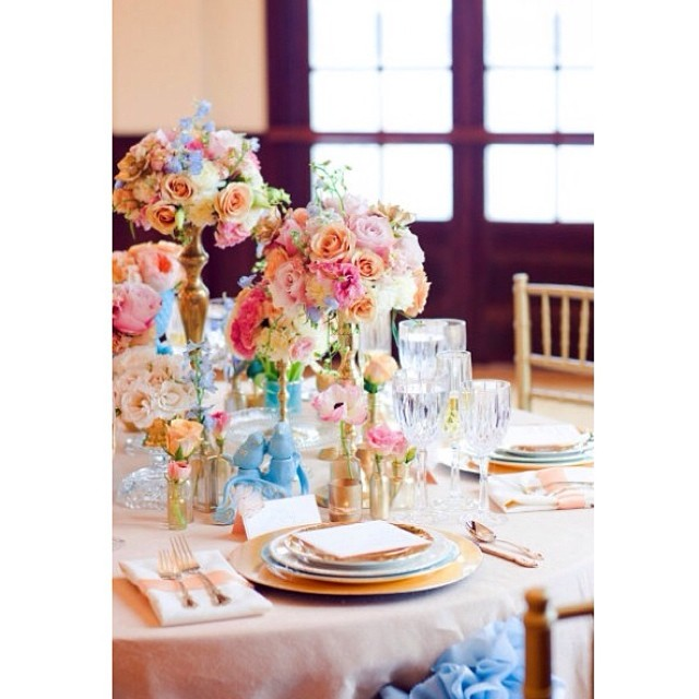 Set your Easter table to be a colorful mixture of charm and glam! #eventsbyandrewells #easter #goodfriday #tablescape #springtime #easterdinner #eastersunday #andrewells #charming #tabledecor #springcolors