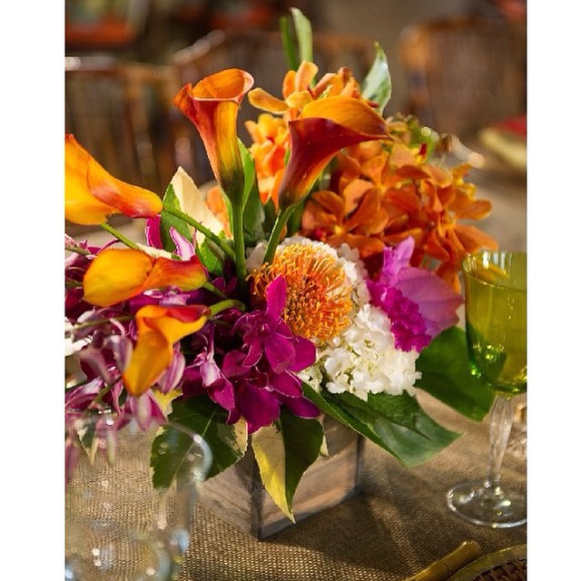 Vibrant colors as the season comes to an end #solongsweetsummer #eventsbyandrewells #tablescapetuesday #EAWdesign #tabledecor #floral #summercolors